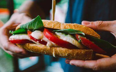 Σάντουιτς με μοτσαρέλα, ντομάτα και βασιλικό